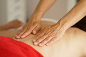ätherische Öle werden sanft und rhythmisch auf den Rücken aufgetragen